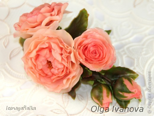 Добрый день, мастера и мастерицы. Хочу показать новую заколочку с английской розой. Мучительный цветок, пожалуй, самый сложный из всех. Переделывала трижды и все равно до конца не осталась довольна. Впрочем, я очень редко бываю довольна своей работой. Сейчас бы сделала по-другому. фото 3