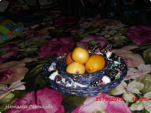 До Пасхи ещё далеко, но решила попробовать сплести тарелку для кулича и яиц. А пока использую для фруктов и конфет. фото 1