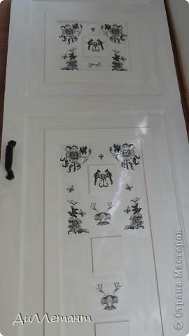 """Были у меня на даче самые обычные двери из ДСП, которые менять не хотелось, а оставлять в изначальном виде было нельзя. Давно руки чесались, но проблема состояла в том, что их не так-то просто было снять с петель. Нашлись добрые соседи, которые помогли, сняли вместе с петлями. Полиуретановый модинг был давно приготовлен, нарезан в размер и вот я его приклеила на дверь, сделав таким образом """"филёнку"""". фото 10"""