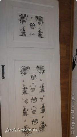 """Были у меня на даче самые обычные двери из ДСП, которые менять не хотелось, а оставлять в изначальном виде было нельзя. Давно руки чесались, но проблема состояла в том, что их не так-то просто было снять с петель. Нашлись добрые соседи, которые помогли, сняли вместе с петлями. Полиуретановый модинг был давно приготовлен, нарезан в размер и вот я его приклеила на дверь, сделав таким образом """"филёнку"""". фото 7"""