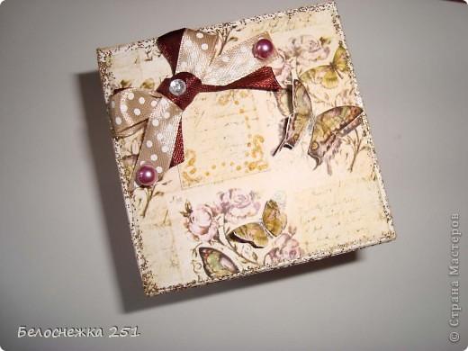 """Попытка сделать magic box для маминой подруги на день рождения. Вид сверху. Очень хотелось попробовать создать такую красоту. За неимением подручных средств, таких как фигурные дыроколы, штампики и прочее получилось то что получилось) Как говорится """"голь на выдумки хитра""""))) фото 1"""