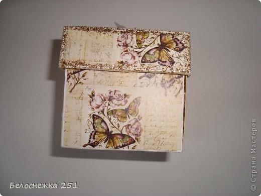 """Попытка сделать magic box для маминой подруги на день рождения. Вид сверху. Очень хотелось попробовать создать такую красоту. За неимением подручных средств, таких как фигурные дыроколы, штампики и прочее получилось то что получилось) Как говорится """"голь на выдумки хитра""""))) фото 2"""