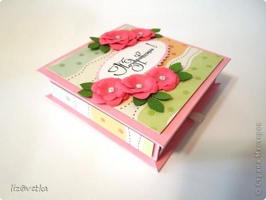 Хочу показать вам подарочную коробочку для денежного подарка. По-моему, отличная альтернатива конвертам и открыткам. Сделала ее достаточно быстро, процесс очень понравился. Буду делать еще:) В работе использовала розовый картон плотностью 300 г/м, бумагу для скрапбукинга, обычную офисную бумагу, стразы, фигурный дырокол для листиков и фигурные ножницы. фото 2