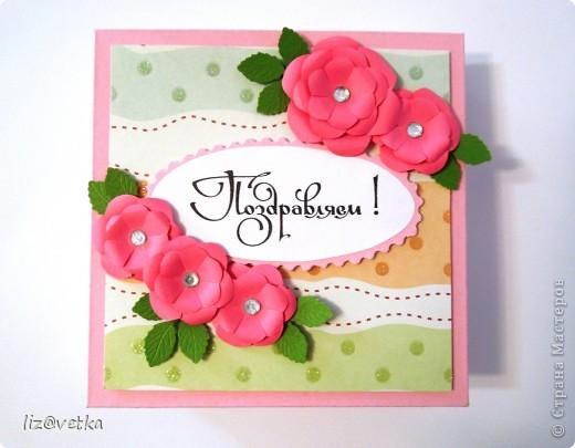 Хочу показать вам подарочную коробочку для денежного подарка. По-моему, отличная альтернатива конвертам и открыткам. Сделала ее достаточно быстро, процесс очень понравился. Буду делать еще:) В работе использовала розовый картон плотностью 300 г/м, бумагу для скрапбукинга, обычную офисную бумагу, стразы, фигурный дырокол для листиков и фигурные ножницы. фото 1