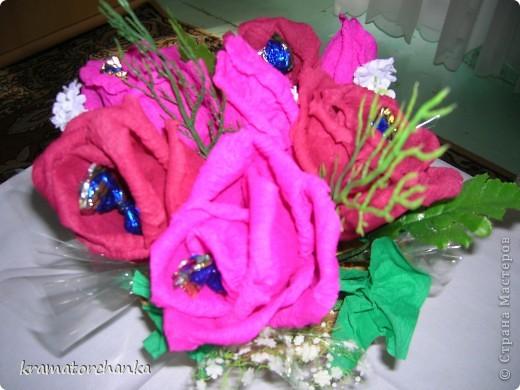 Вот такие сладкие подарки приготовили учителям на презенты. Семь корзинок с цветами, большая гроздь винограда и малая, шкатулка для классного руководителя. фото 3