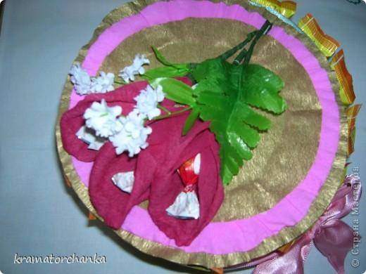 Вот такие сладкие подарки приготовили учителям на презенты. Семь корзинок с цветами, большая гроздь винограда и малая, шкатулка для классного руководителя. фото 9