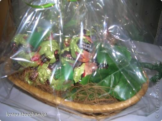 Вот такие сладкие подарки приготовили учителям на презенты. Семь корзинок с цветами, большая гроздь винограда и малая, шкатулка для классного руководителя. фото 12