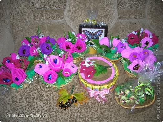 Вот такие сладкие подарки приготовили учителям на презенты. Семь корзинок с цветами, большая гроздь винограда и малая, шкатулка для классного руководителя. фото 1