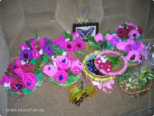 Вот такие сладкие подарки приготовили учителям на презенты. Семь корзинок с цветами, большая гроздь винограда и малая, шкатулка для классного руководителя. фото 14
