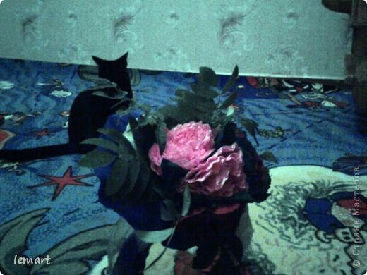 Здравствуйте девочки! Вот тоже решила попробовать себя в работе с гофробумагой. Этот сладкий букетик делали сыну на 1 сентября для учительницы. Участие в создании букета принимали все и муж который крепил цветы на проволоку, и сын, который вырезал круги.