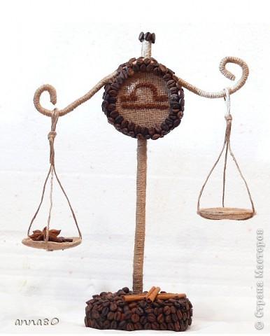 Дело было так))))) Заказали сделать весы. Крутила ,вертела-вот  что получилось. Но в итоге готовый вариант оказался несколько другим))) Чаши весов снизу обклеила кофе зернами,а веревочки,что их держат молотым кофе полностью обклеила. Получилось симпатично,но фото нет(( фото 1