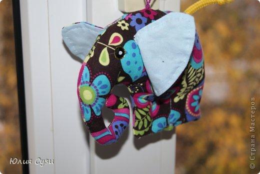Осень, за окном серо и неуютно, захотелось ярких красок))) этот слоник очень скромный он прячет глазки) фото 3