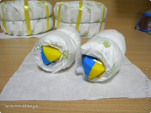 Предлагаю Вашему вниманию мастер-класс по изготовлению оригинального подарка из памперсов для мальчика. фото 13