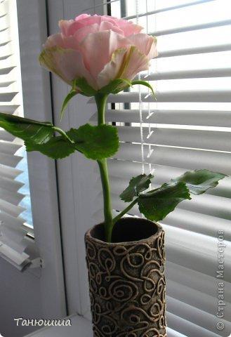 Девочки, привет! Вот заскочила с новыми работами. Роз будет много, леплю, и сроки ограничены, поэтому не совсем законченные изделия перед вашими глазами - есть недоделки в оформлении стеблей и их тонировке. Но, боюсь, потом просто не успею сфоткать. Розы разные, не для букета, будут дариться по одной. Жду вашего мнения и критики.  А....! И ваза, конечно. Пейп-арт осваивала. Сделала основу для вазы из трубы ПВХ (пластиковой, предназначенной для водопровода). Муж болгаркой отрезал нужный отрезок. Диаметр трубы 6 см. Малярным скотчем приклеила дно из плотного картона и вперёд, по алгоритму Татьяны Сорокиной. Розы из самоварного фарфора. фото 2