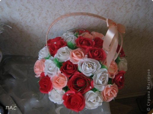 Друг попросил сделать знакомой девушке корзину с розами, 31 штука. И именно, чтобы были открытые. Вот, что у меня получилось.  фото 3