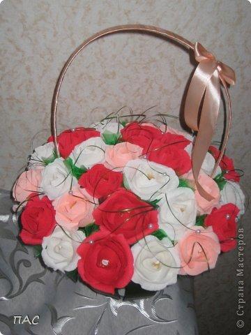 Друг попросил сделать знакомой девушке корзину с розами, 31 штука. И именно, чтобы были открытые. Вот, что у меня получилось.  фото 1