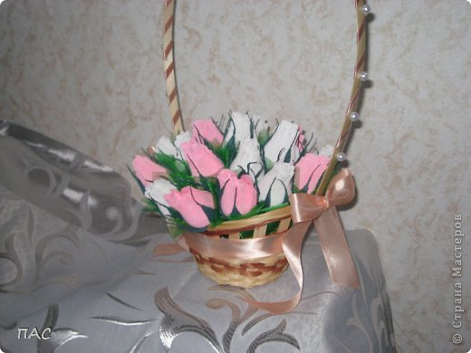 Подружка принесла корзиночку, оставшуюся после живых цветов, и попросила сделать бутоны роз. На день учителя ее сын понесет в школу. фото 3