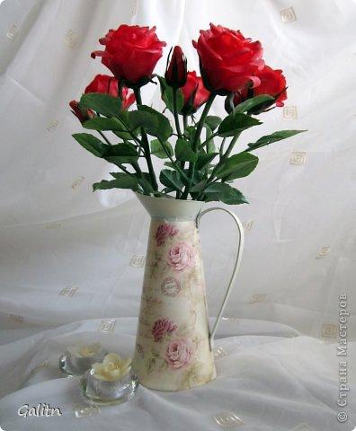 Всем, всем привет! Порадовать вас мне особо нечем, опять розы........... Заказали в подарок на день рождения, цвет и размер ( Высота 45см, бутоны, примерно, 9 см) пожелание заказчика.Вазу она хочет свою. так, что кувшинчик только для фотографии.( А мне он нравится) фото 1