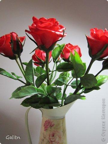 Всем, всем привет! Порадовать вас мне особо нечем, опять розы........... Заказали в подарок на день рождения, цвет и размер ( Высота 45см, бутоны, примерно, 9 см) пожелание заказчика.Вазу она хочет свою. так, что кувшинчик только для фотографии.( А мне он нравится) фото 2