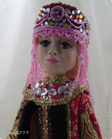 Здравствуйте, жители и гости Страны Мастеров! Знакомьтесь - Ульяна. Рост 34 см. Голова, руки и ноги выполнены из полимерной глины Living Doll. Проволочный каркас, поэтому кукла подвижна. Стоит самостоятельно. Кокошник цилиндрический(московский) с понизью. Туфли из пластика. Надеюсь, что Ульяна вам понравится.  фото 15