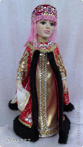 Здравствуйте, жители и гости Страны Мастеров! Знакомьтесь - Ульяна. Рост 34 см. Голова, руки и ноги выполнены из полимерной глины Living Doll. Проволочный каркас, поэтому кукла подвижна. Стоит самостоятельно. Кокошник цилиндрический(московский) с понизью. Туфли из пластика. Надеюсь, что Ульяна вам понравится.  фото 2