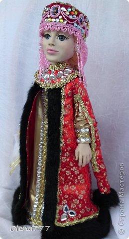 Здравствуйте, жители и гости Страны Мастеров! Знакомьтесь - Ульяна. Рост 34 см. Голова, руки и ноги выполнены из полимерной глины Living Doll. Проволочный каркас, поэтому кукла подвижна. Стоит самостоятельно. Кокошник цилиндрический(московский) с понизью. Туфли из пластика. Надеюсь, что Ульяна вам понравится.  фото 16