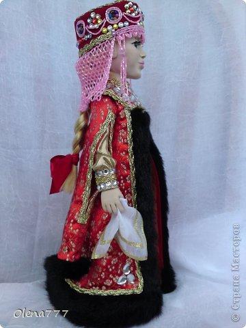 Здравствуйте, жители и гости Страны Мастеров! Знакомьтесь - Ульяна. Рост 34 см. Голова, руки и ноги выполнены из полимерной глины Living Doll. Проволочный каркас, поэтому кукла подвижна. Стоит самостоятельно. Кокошник цилиндрический(московский) с понизью. Туфли из пластика. Надеюсь, что Ульяна вам понравится.  фото 10