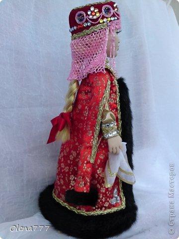 Здравствуйте, жители и гости Страны Мастеров! Знакомьтесь - Ульяна. Рост 34 см. Голова, руки и ноги выполнены из полимерной глины Living Doll. Проволочный каркас, поэтому кукла подвижна. Стоит самостоятельно. Кокошник цилиндрический(московский) с понизью. Туфли из пластика. Надеюсь, что Ульяна вам понравится.  фото 13