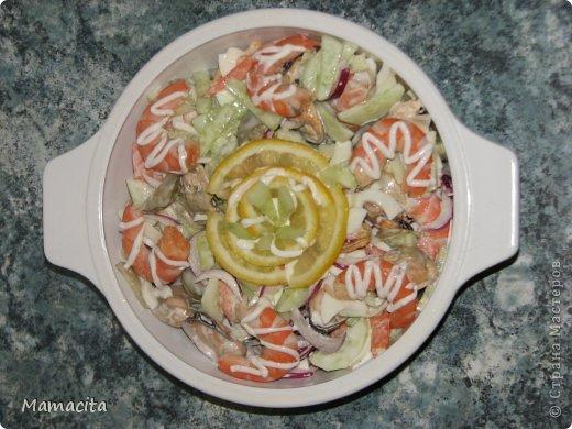 И снова мой любимый салатик! Очень вкусный и очень легкий!  И снова морепродукты! Ну ничего с собой не могу поделать, я их просто обожаю!!! На фото, как всегда, двойная порция ингредиентов, ну не могу я свои любимые салаты готовить маленькими порциями… Итак, приступим... фото 1