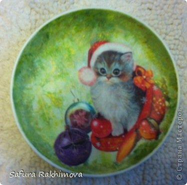 Приветствую всех, кто заглянул на мою страничку!  Снова я с кошками. Располагая только салфетками с новогодними кошками, никак не могла их не использовать, особенно этот мотив с таким трогательным котенком. Это керамическая тарелочка. фото 2