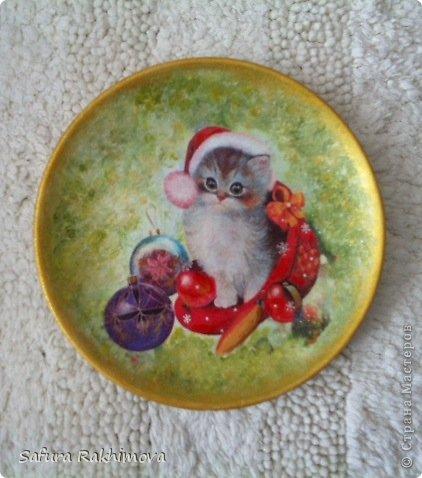 Приветствую всех, кто заглянул на мою страничку!  Снова я с кошками. Располагая только салфетками с новогодними кошками, никак не могла их не использовать, особенно этот мотив с таким трогательным котенком. Это керамическая тарелочка. фото 1