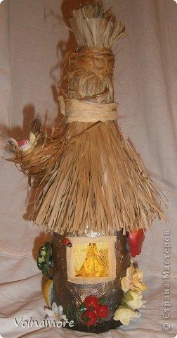 бутыль обклеен салфетками в технике папье маше.пыталась изобразить не знаю как называется в деревнях дома отделывали . фото 1