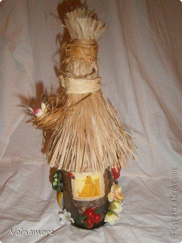 бутыль обклеен салфетками в технике папье маше.пыталась изобразить не знаю как называется в деревнях дома отделывали . фото 4