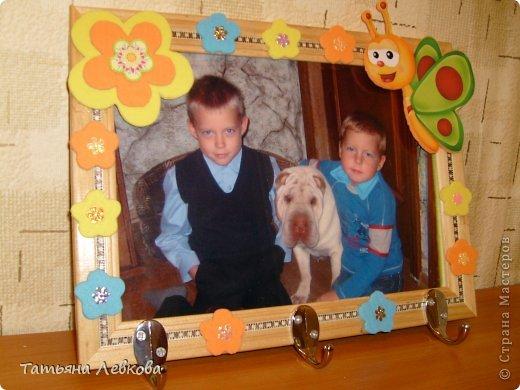 """Мая вторая ключница на День рождение двоюродной сестре.На фото её дети и собачка Ева.Её третий ребёнок.Рамку решила оформить в цветах т.к.""""Дети цветы жизни!"""" и чтобы было по веселее добавила бабочку. фото 1"""