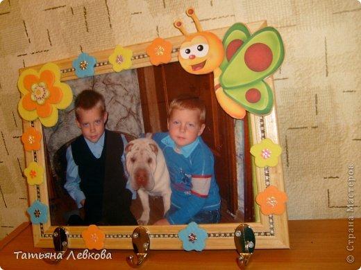 """Мая вторая ключница на День рождение двоюродной сестре.На фото её дети и собачка Ева.Её третий ребёнок.Рамку решила оформить в цветах т.к.""""Дети цветы жизни!"""" и чтобы было по веселее добавила бабочку. фото 4"""