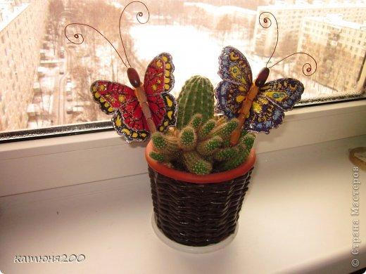 Шкатулка плетёная из газетных трубочек, украшенная цветочками из проволоки и ниток мулине. фото 2
