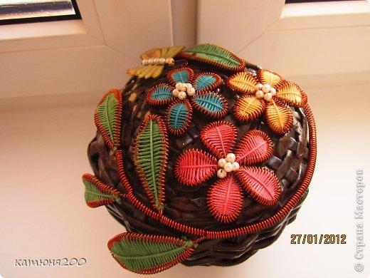 Шкатулка плетёная из газетных трубочек, украшенная цветочками из проволоки и ниток мулине. фото 1