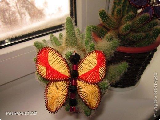 Шкатулка плетёная из газетных трубочек, украшенная цветочками из проволоки и ниток мулине. фото 3
