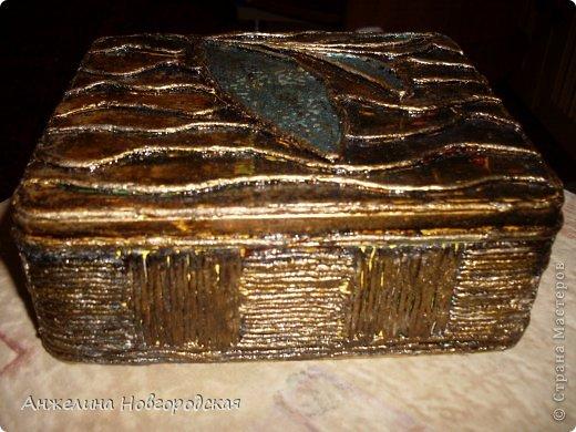 Спасибо Тане Сорокиной За МК!Странное дело Откуда то Разноцветная краска проглядывает, а ее на самом деле нет.Только черная , золотая и листик изумрудного цвета. Эта коробочка уехала в подарок на осеннюю игру в г. С- Петербург .  фото 3