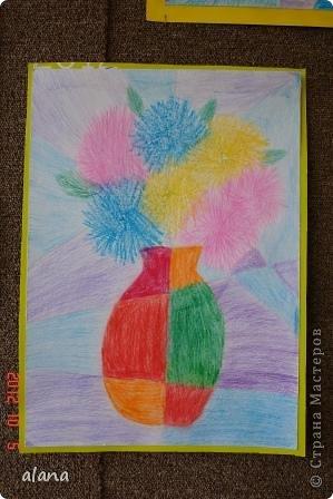 Повторяли на уроке теплые и холодные цвета в живописи. Дети простым карандашом выполнили эскиз вазы. Мелками или цветными карандашами нарисовали астры. После чего лист прямыми линиями разбили на сектора (части) Задание было следующим: вазу раскрасить теплыми цветами, а фон - холодными.  фото 4