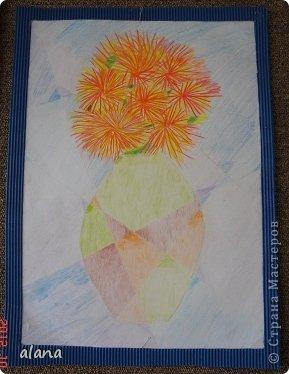 Повторяли на уроке теплые и холодные цвета в живописи. Дети простым карандашом выполнили эскиз вазы. Мелками или цветными карандашами нарисовали астры. После чего лист прямыми линиями разбили на сектора (части) Задание было следующим: вазу раскрасить теплыми цветами, а фон - холодными.  фото 5
