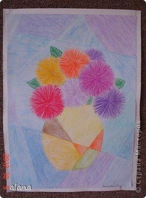 Повторяли на уроке теплые и холодные цвета в живописи. Дети простым карандашом выполнили эскиз вазы. Мелками или цветными карандашами нарисовали астры. После чего лист прямыми линиями разбили на сектора (части) Задание было следующим: вазу раскрасить теплыми цветами, а фон - холодными.  фото 2