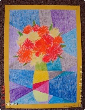 Повторяли на уроке теплые и холодные цвета в живописи. Дети простым карандашом выполнили эскиз вазы. Мелками или цветными карандашами нарисовали астры. После чего лист прямыми линиями разбили на сектора (части) Задание было следующим: вазу раскрасить теплыми цветами, а фон - холодными.  фото 3
