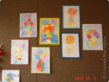 Повторяли на уроке теплые и холодные цвета в живописи. Дети простым карандашом выполнили эскиз вазы. Мелками или цветными карандашами нарисовали астры. После чего лист прямыми линиями разбили на сектора (части) Задание было следующим: вазу раскрасить теплыми цветами, а фон - холодными.  фото 1
