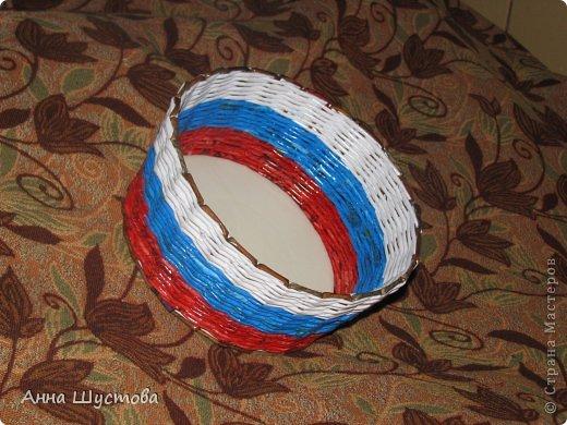 Патриотичная!!! ))) Крашеные колерами газетные трубочки. Дно-кожа. фото 1