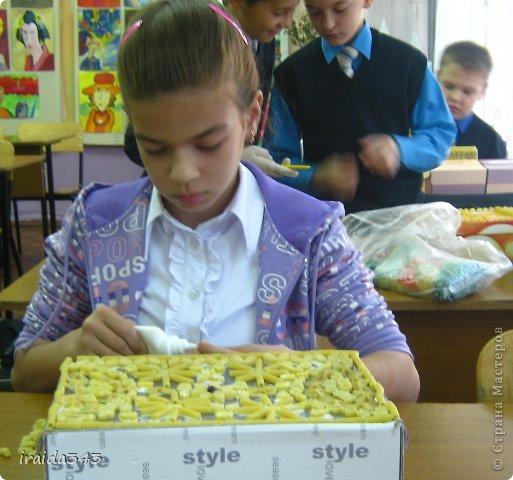 Завершен первый месяц учебного года и у нас появились первые результаты художественного творчества пятиклассников. Шкатулка, декорированная макаронами. Казалось бы, какая примитивная вещь, но после золочения превращается в настоящее произведение искусства. фото 33