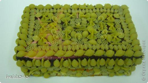 Завершен первый месяц учебного года и у нас появились первые результаты художественного творчества пятиклассников. Шкатулка, декорированная макаронами. Казалось бы, какая примитивная вещь, но после золочения превращается в настоящее произведение искусства. фото 11