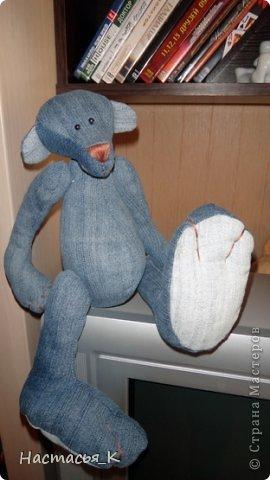 Вот такой живёт у меня медведь, живет уже давно лет 10, сшит из старых любимых джинсов, выкройка была найдена на просторах интернета фото 1
