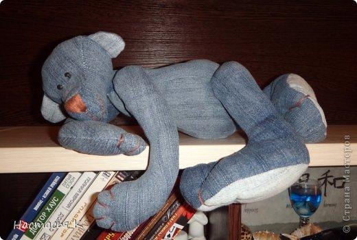 Вот такой живёт у меня медведь, живет уже давно лет 10, сшит из старых любимых джинсов, выкройка была найдена на просторах интернета фото 2