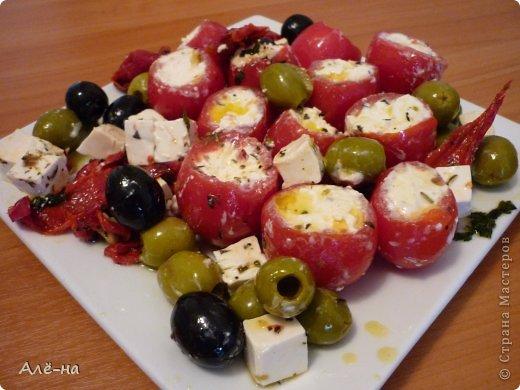 Именно с оливками и травами получается совсем другой вкус у этой вроде бы известной закуски.  Раньше фаршировала только большие помидоры,но удобнее и интереснее смотрятся именно маленькие .Да и есть их удобнее))